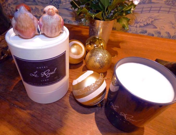 identite-olfactive-bougies-hotel-le-royal-lyon-avec-une-decoration-de-noel