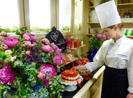 la charlotte aux fraises de l'hôtel le royal lyon pour la fête des mères et des pivoines