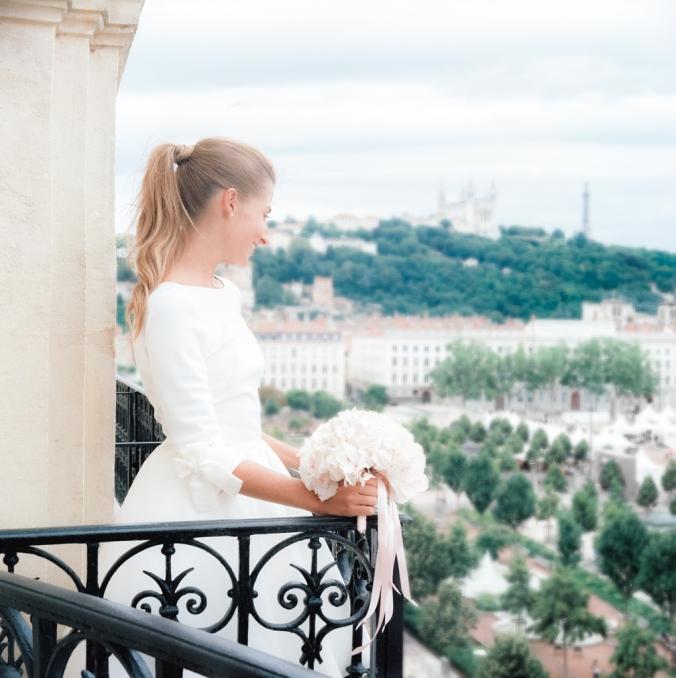 Jennifer sur le balcon de la Junior Suite Rotonde 505 de l'hôtel Le Royal Lyon
