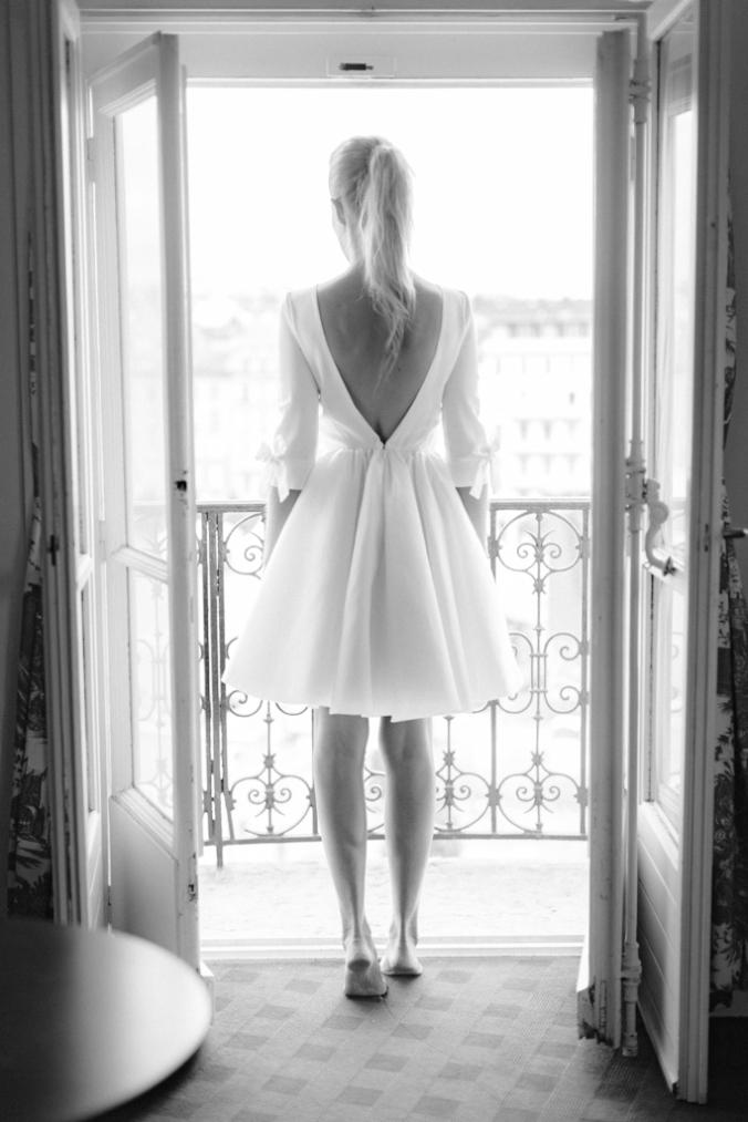 Jennifer vue de dos dans la Junior Suite Rotonde 505 de l'hôtel Le Royal Lyon