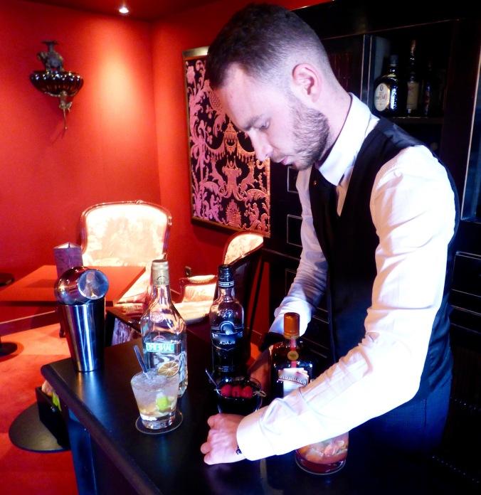 Les cocktails au bar Côté Bellecour de l'hôtel Le Royal Lyon et son barman